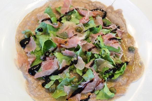 Repas équilibré : crêpe façon pizza sans gluten, sans oeuf, sans lait