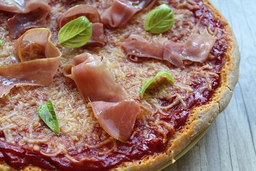 Pizza sans gluten, sans fromage de vache : tomate, chèvre, jambon cru ou avec des légumes